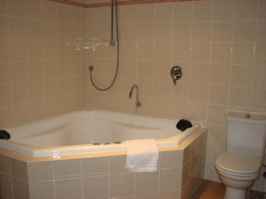 Snowbound Chalets Thredbo: spa bath