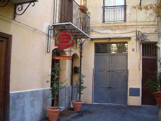 Al Giardino dell'Alloro : Entrée modeste, mais tranquille, derrière c'est mieux !