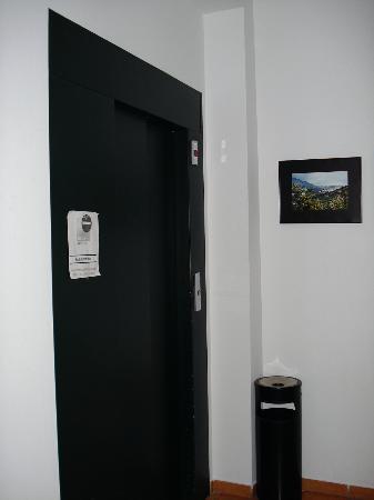 Hotel Morales: Elevator!!