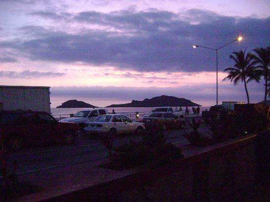 أولاس أتلاس إن هوتل آند سبا: Sunset from the restaurant and pool