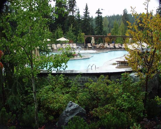 Four Seasons Resort and Residences Whistler: Pool area and hot tub