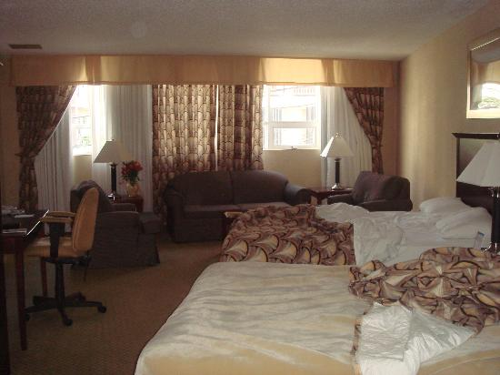 Comfort Inn : Our room with nice sitting area!