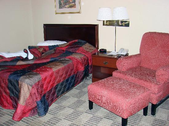 Extended Stay America - Virginia Beach - Independence Blvd.: Bed and chair