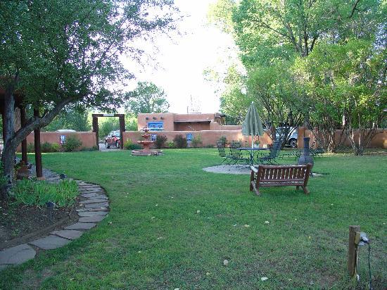 Orinda Bed and Breakfast: Court yard