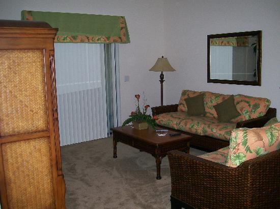 Caribe Cove Resort Orlando: Living area. Sleeper sofa. Tv is to the left in the armoire..