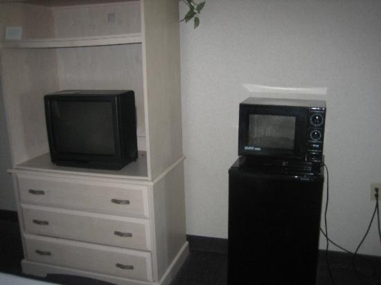 Days Inn and Suites Sea World: TV, Microwave and Refrigerator
