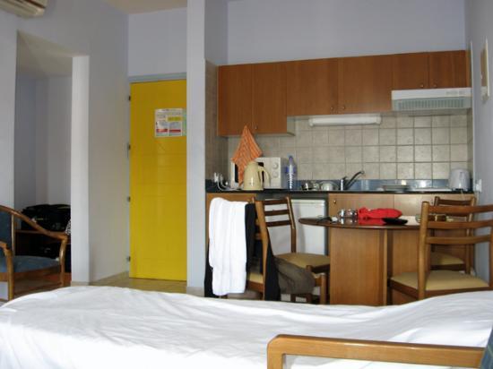 Lantiana Gardens Aparthotel: Apartment kitchenette