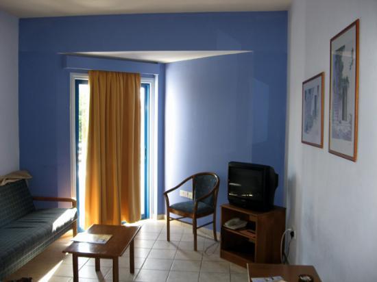 Lantiana Gardens Aparthotel: Apartment living area