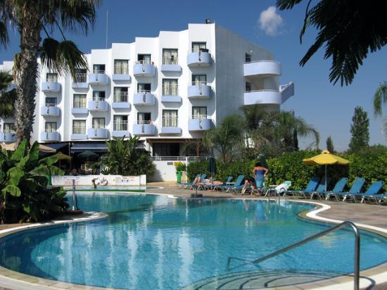 Lantiana Gardens Aparthotel: Pool towards the hotel