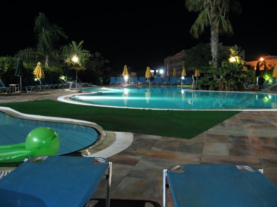 Lantiana Gardens Aparthotel: Pool at night