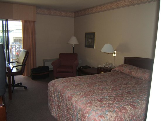 Kent, WA: bed and sitting area