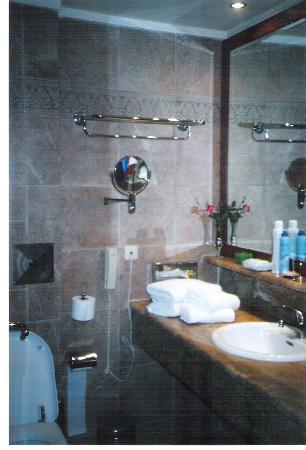 Sani Beach: bathroom in porto sani village suite