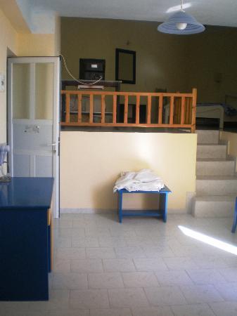 Faros Resort: Sitting room and TV