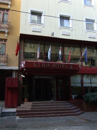 Lion Hotel: Front entrance