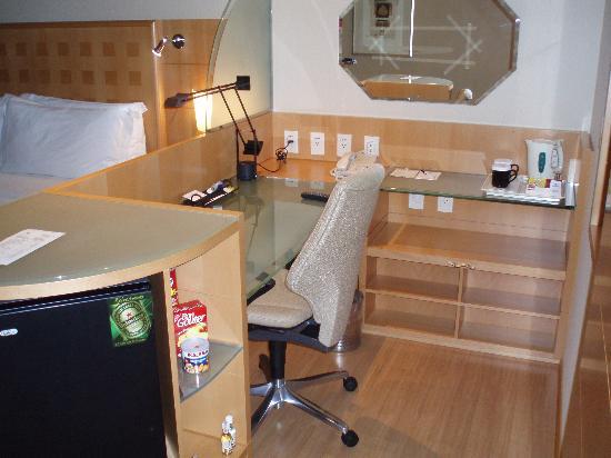 Hilton Sao Paulo Morumbi : View of working area and desk of room at Hilton Sao Paulo