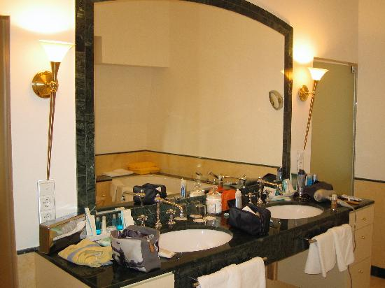 Villa Quisisana Suiten-Hotel & Spa: The huge mirror in the marble bathroom with balcony...