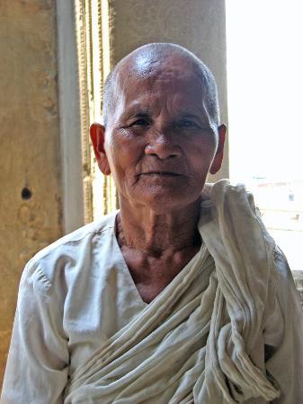 Siem Reap, Camboja: Bikkhuni a.k.a. nun inside Angkor Wat