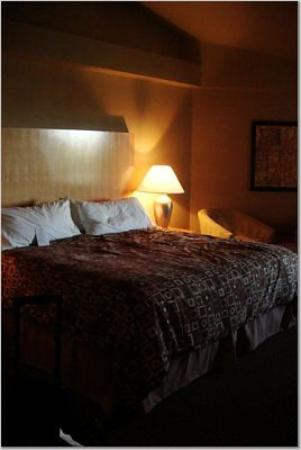 The Timbers Hotel: king size bed, cathedral ceilings