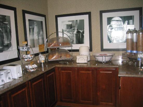 Hampton Inn Orlando-S. Of Universal Studios: Breakfast buffet