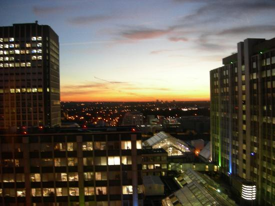 Jurys Inn London Croydon: Sunset view from our room.
