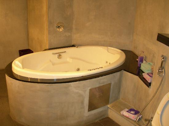 Heritance Ahungalla : (Enter your Left hand side of the bathroom... Jaccuzzi for 2 adults + a chilcaption here - requi