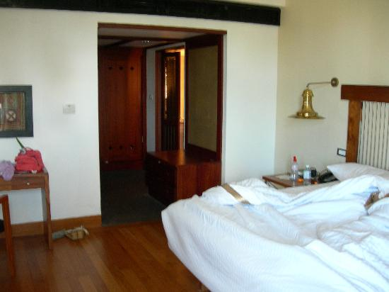 Heritance Ahungalla: Bedroom - through arch was dressing area and to right was bathroom, to left was living room.