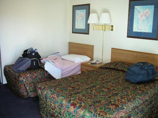America's Best Travel Inn: Beds at the Econo Lodge Reno