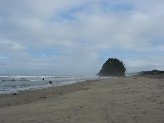 Neskowin, Oregón: Proposal Rock and the beach behind the inn.