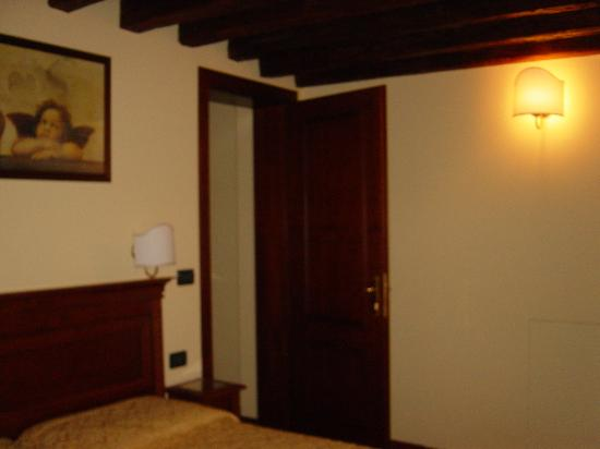 Alloggi Marinella: the decent size room with a big bed
