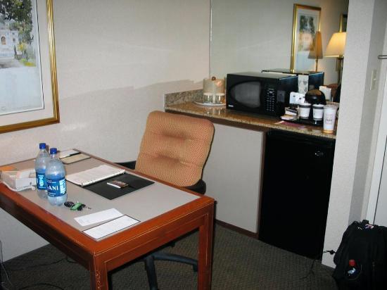 DoubleTree Suites by Hilton Hotel Dayton - Miamisburg: View of desk fridge microwave