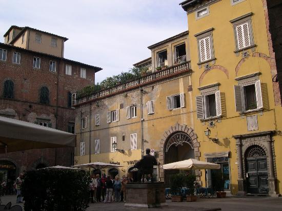B&B Alla Dolce Vita: Puccini monument