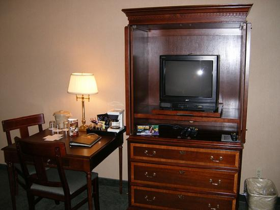 Red Lion Hotel Yakima Center: TV and table