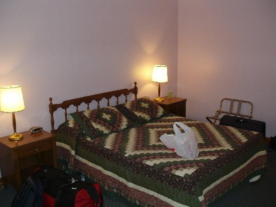 Colonial Motel: Our Twin Queen Bedroom