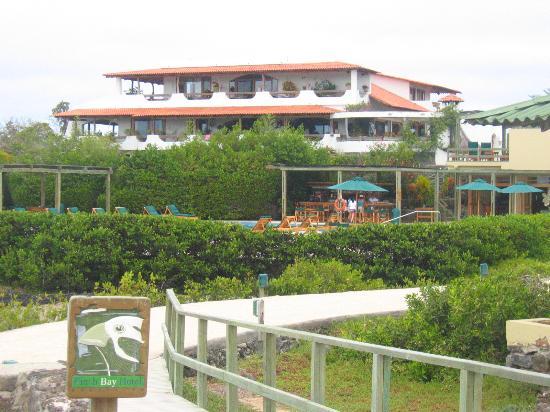 Finch Bay Galapagos Hotel: vue de l'hôtel depuis le chemin en bois