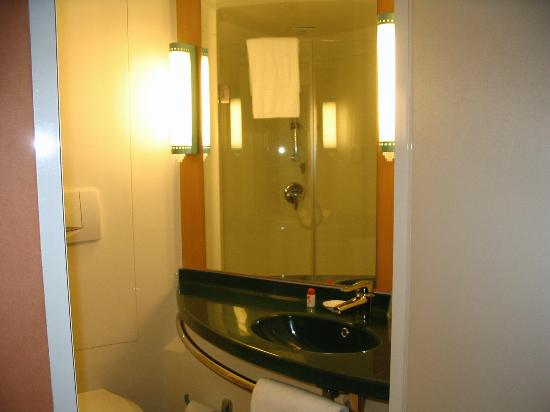 Chenggong International Hotel: Bathroom sink