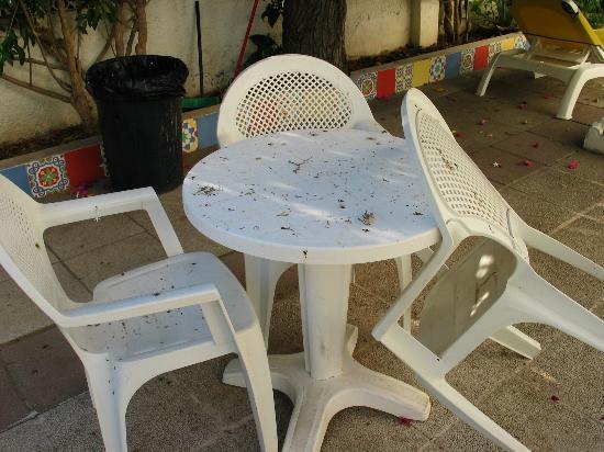 MedPlaya Hotel Villasol : état des chaises et table en terrasse en terrasse