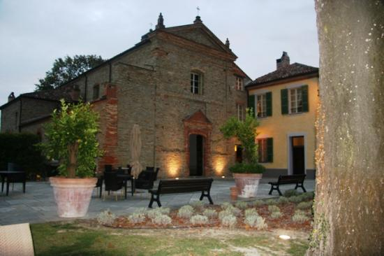 Santo Stefano Belbo, Itália: Lit at night