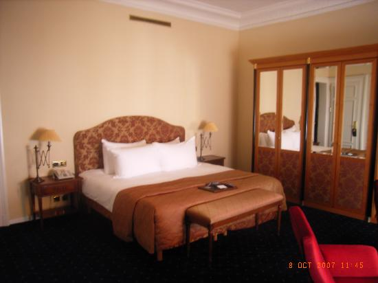 Fairmont Le Montreux Palace: Bed and wardrobes in Room 110