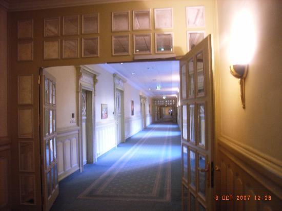 Fairmont Le Montreux Palace: First floor corridor
