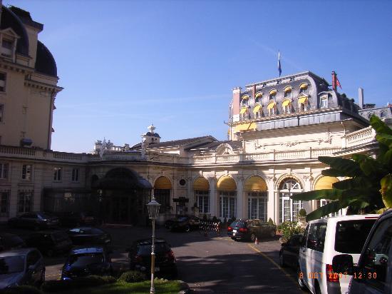 Fairmont Le Montreux Palace: Rear entrance and car park