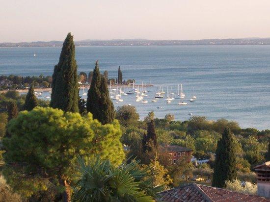 أبارتامينتي أركا آند كا مور: View from our hotel room of Bardolino Harbour