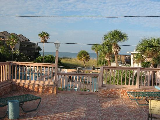 John's Pass Beach Motel: View of the pool & beach from our balcomy.