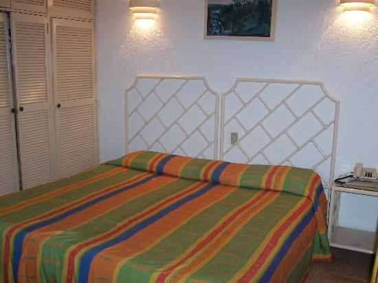 Sands Acapulco Hotel & Bungalows: Bed in my Bungalow