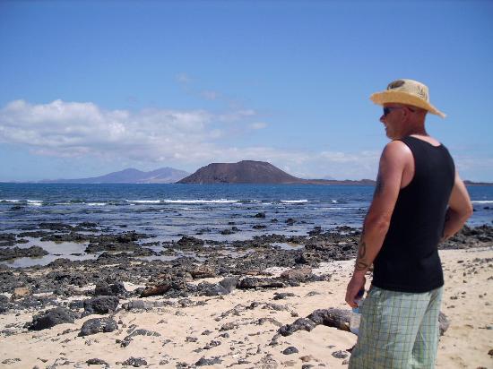 Corralejo, España: Isla De Lobos (Lanzarote in distance)