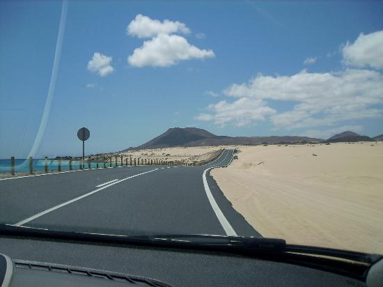 Corralejo, España: Sand dunes against the sea.