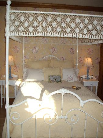 Honeybee Inn Bed & Breakfast: Enjoy the Honeybee B&B by Night