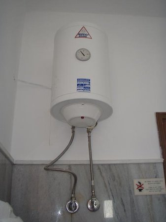 Narges Hotel: Electric Shower