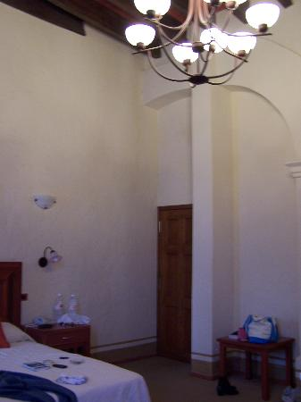 Hotel Quinta Santiago: High ceilings in room