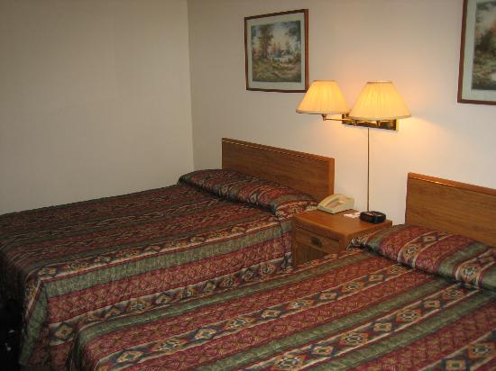 Canadian Motor Hotel: Room with 2 double beds