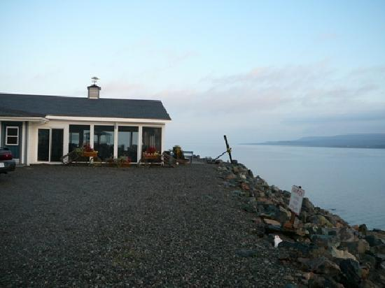 Cove Motel: Dining room close to water's edge